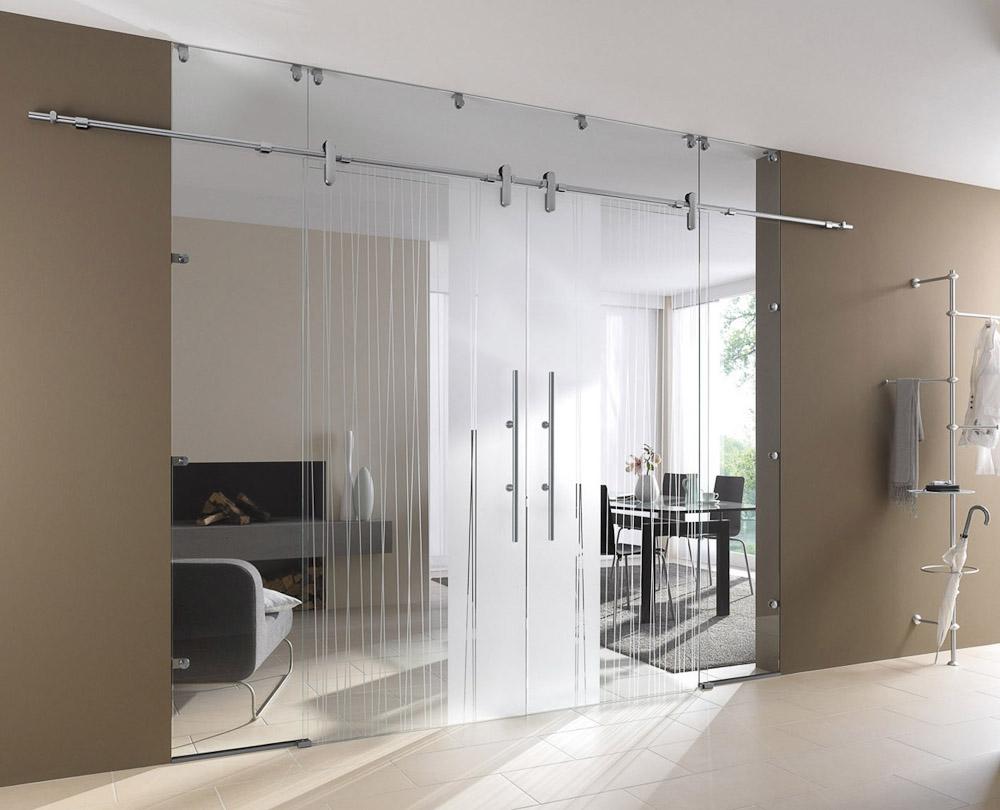 Стеклянные двери в современной квартире