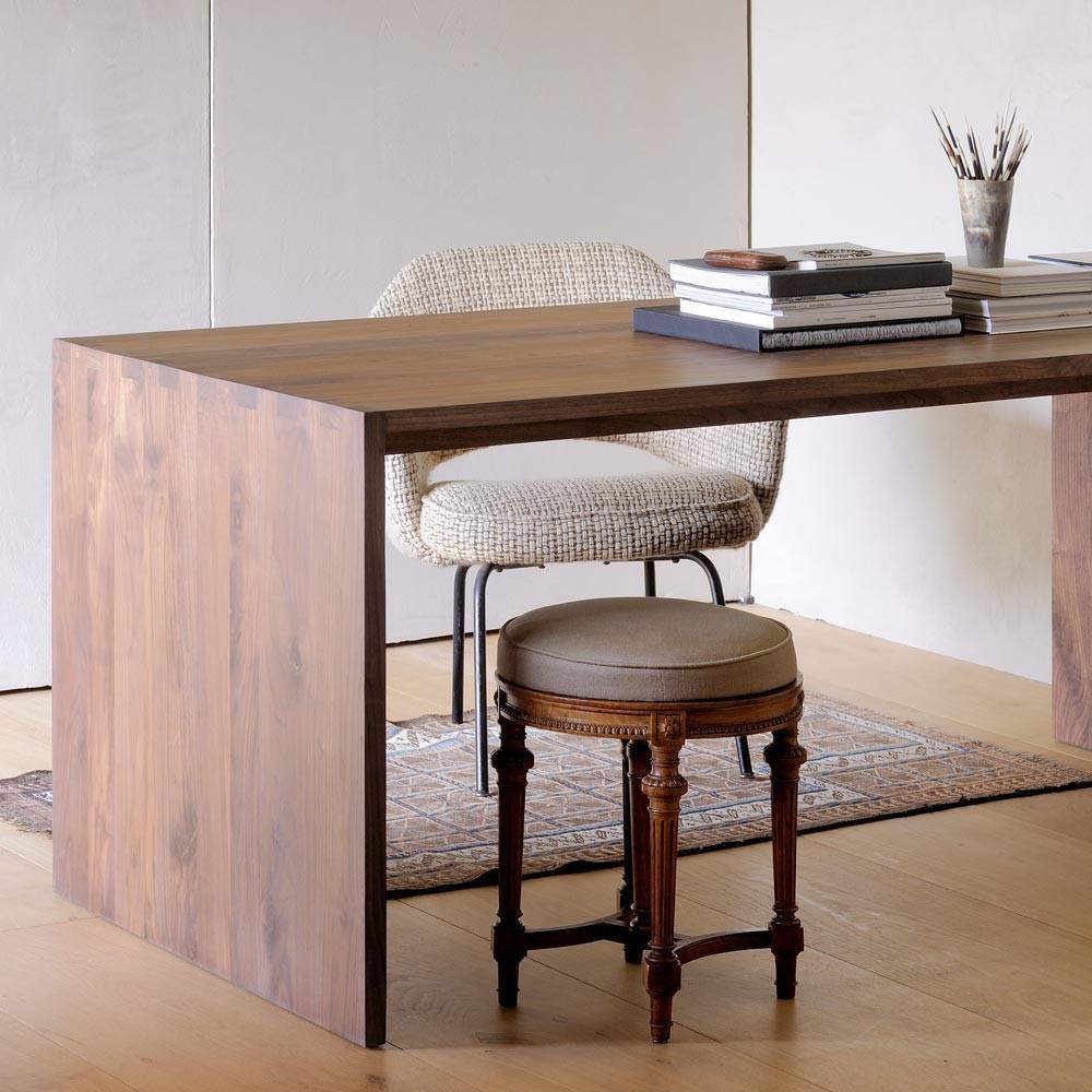 Письменный стол цвета орех
