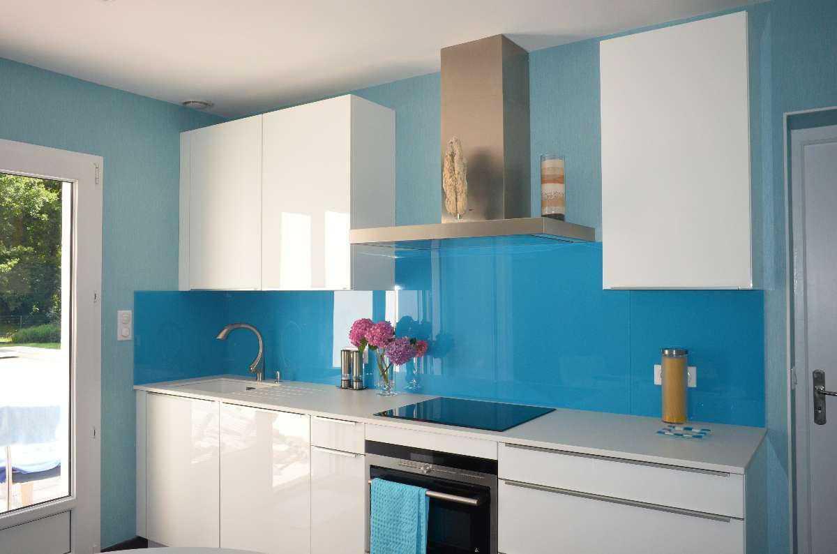 Пластиковый фартук в голубых тонах на кухне