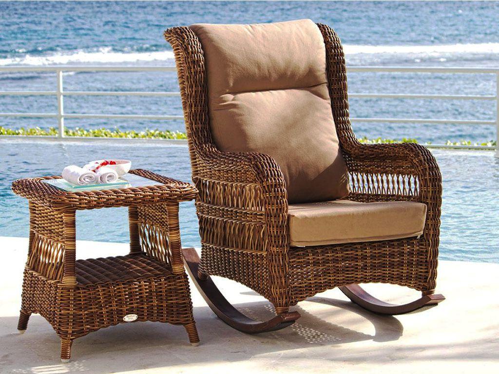 Коричневое плетеное кресло-качалка и столик