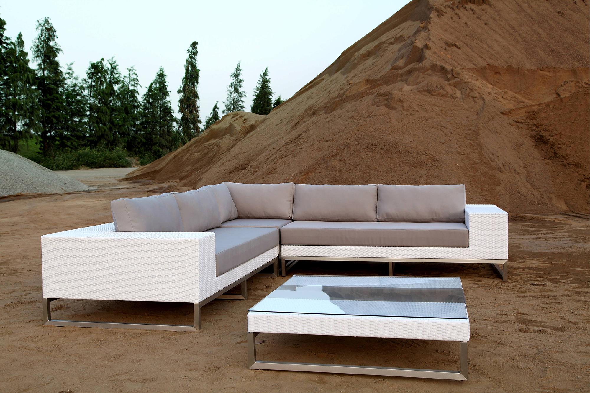 Белый плетеный модульный диван и журнальный стол