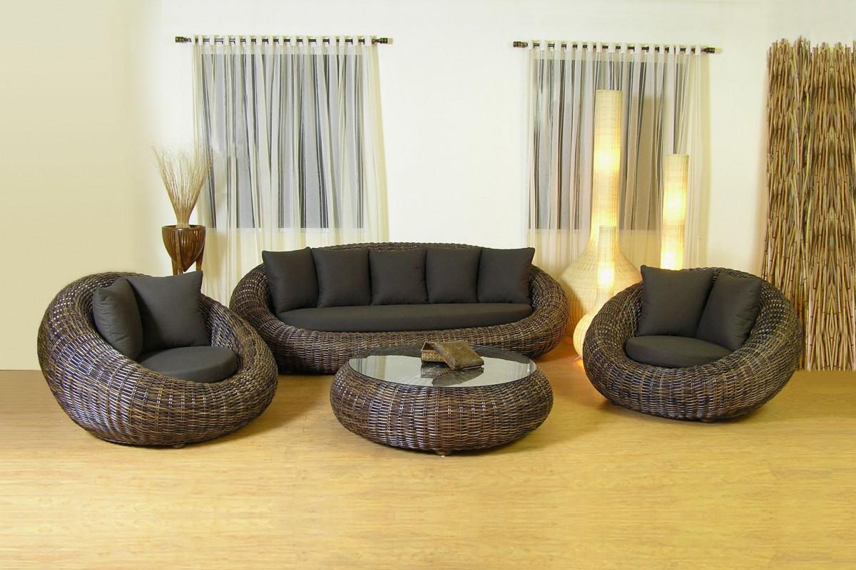 Темно-коричневая плетеная мебель в доме