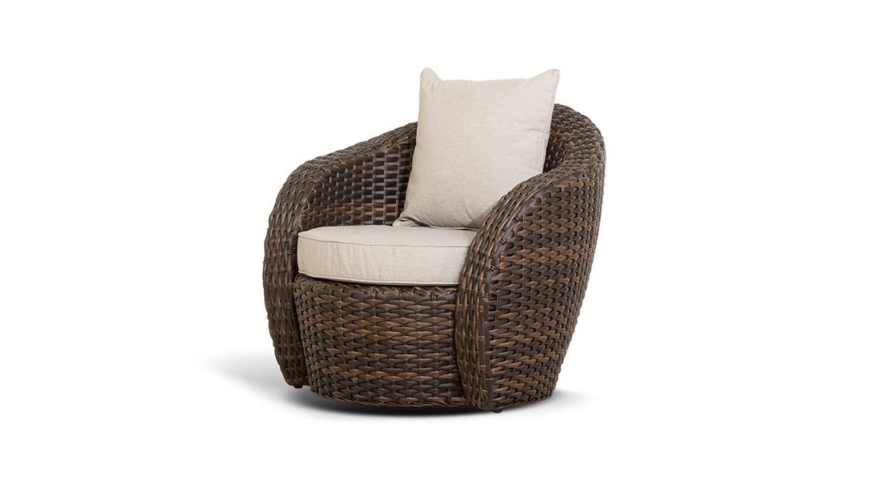 Удобное плетеное кресло