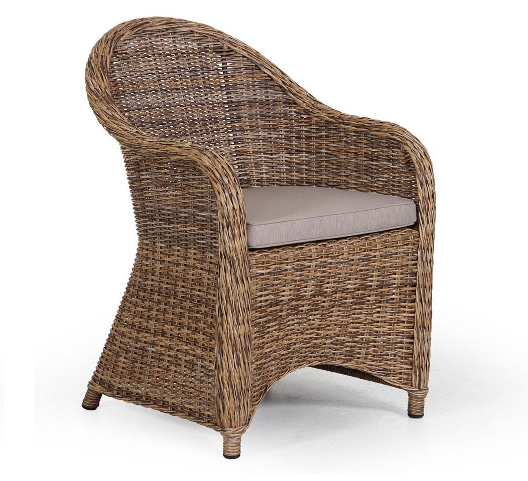 Уютное плетеное кресло