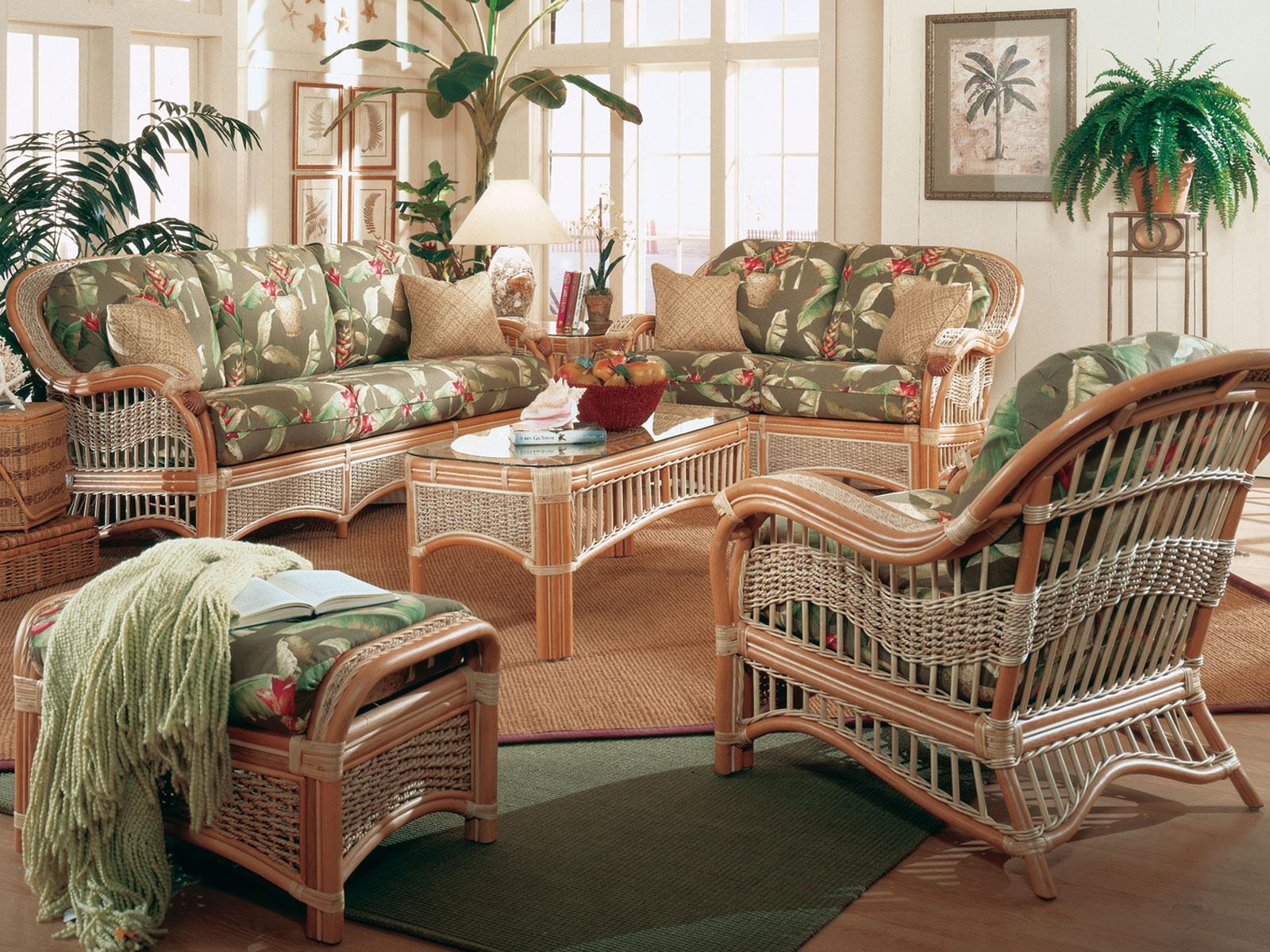 Комплект плетеной мебели в гостиной