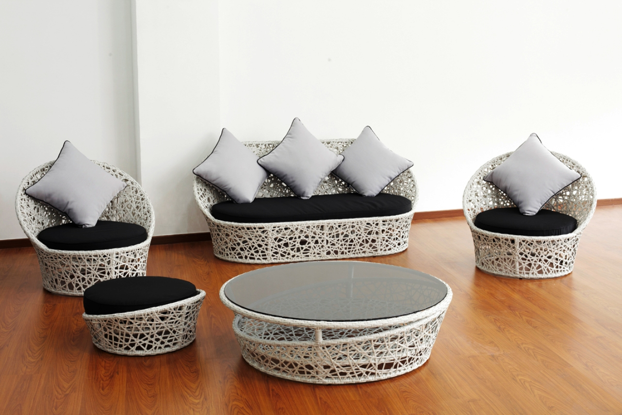 Черно-белая мебель из лозы