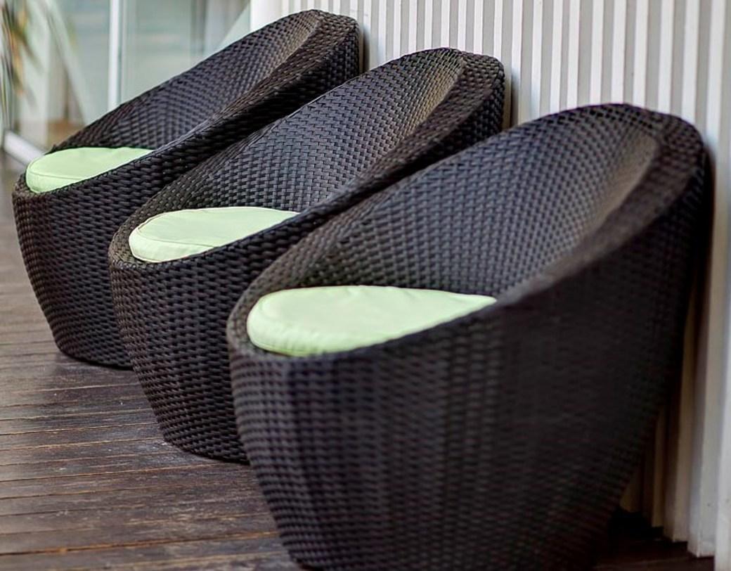 Черные плетеные кресла