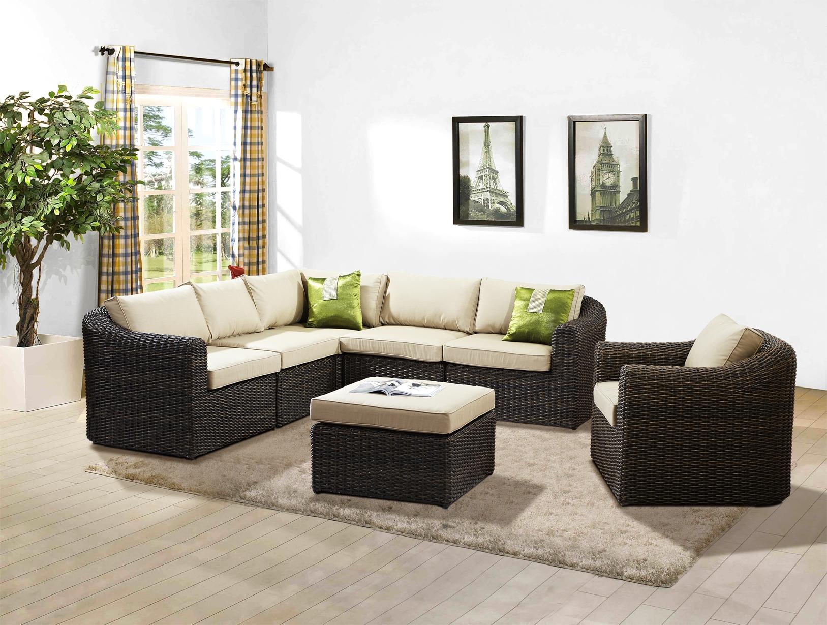 Комплект черной плетеной мебели в гостиной