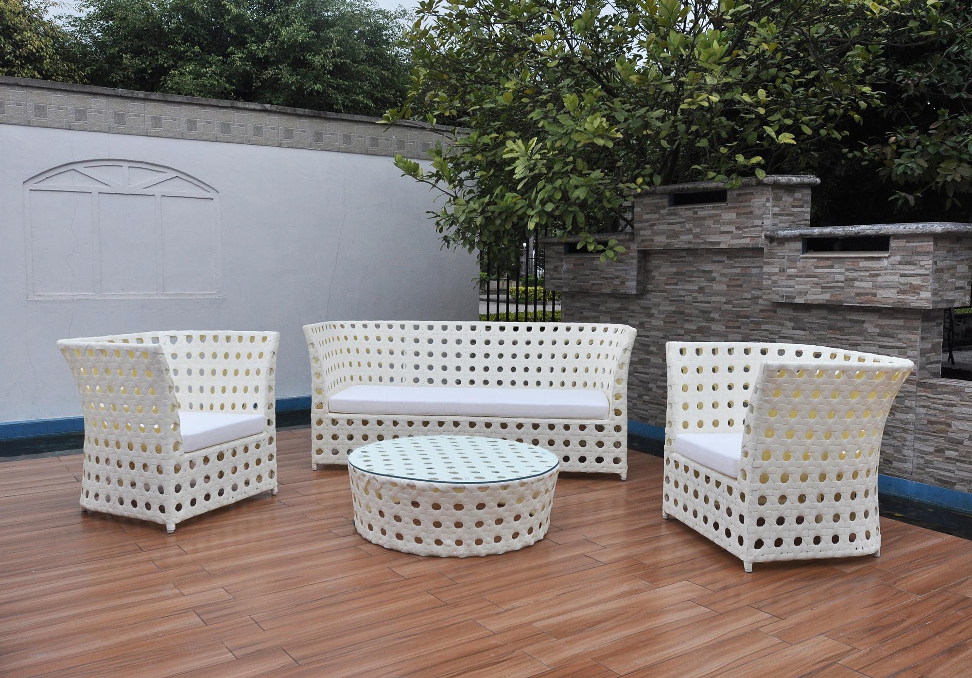 Белая плетеная мебель на террасе