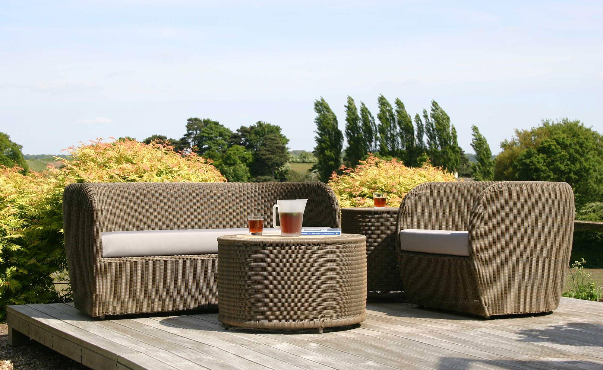 Светло-коричневая плетеная мебель на террасе