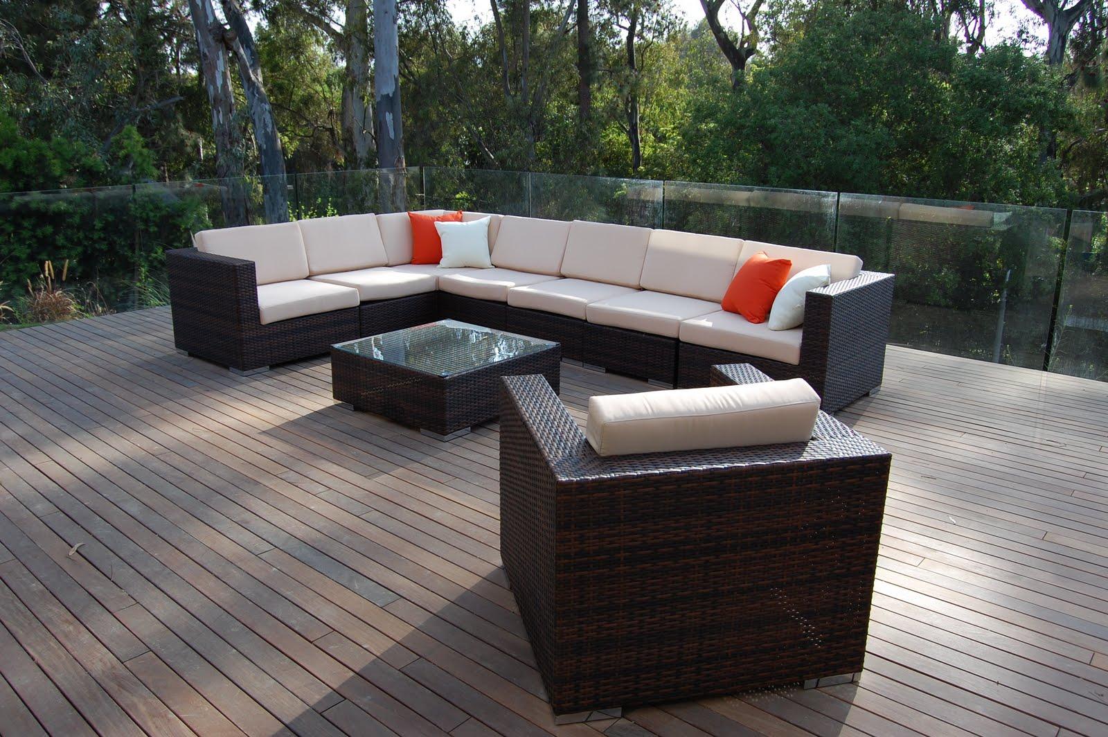 Черно-коричневая плетеная мебель на террасе