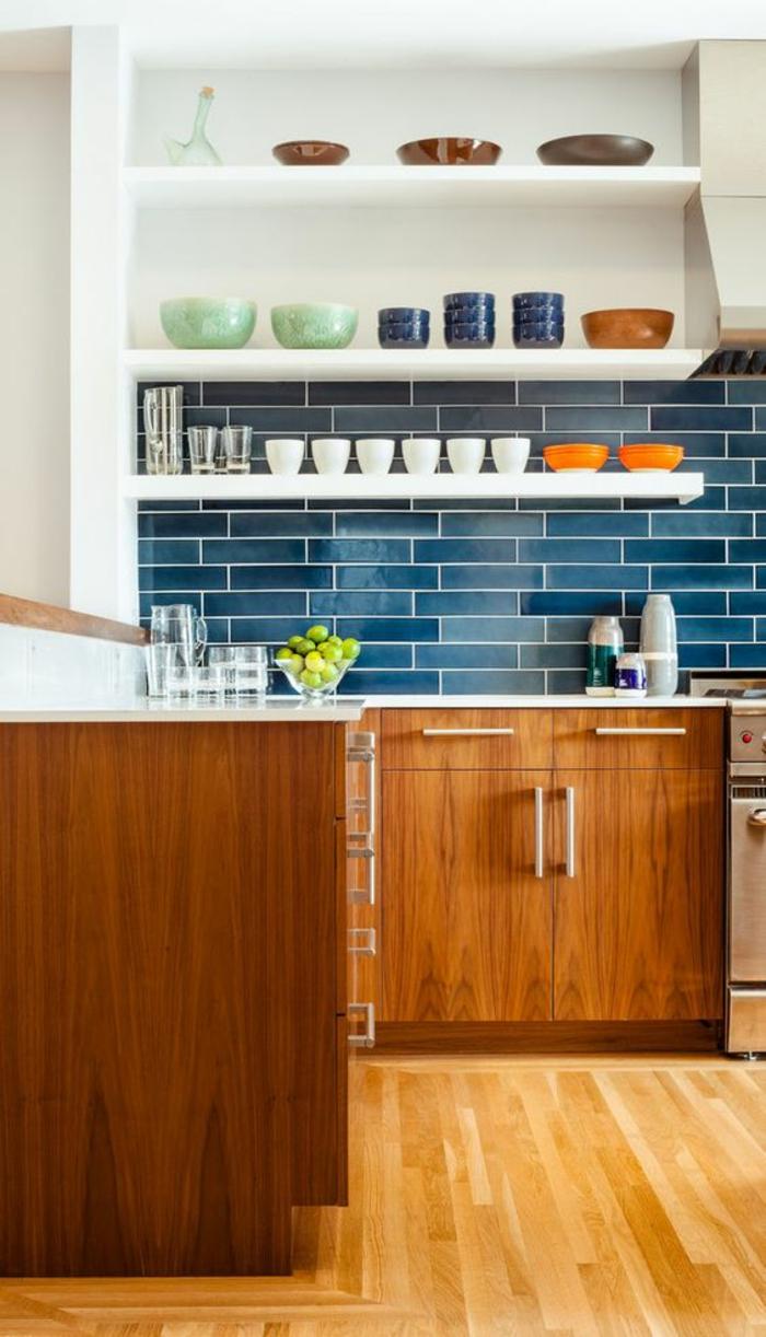 Плитка в голубых тонах на кухне