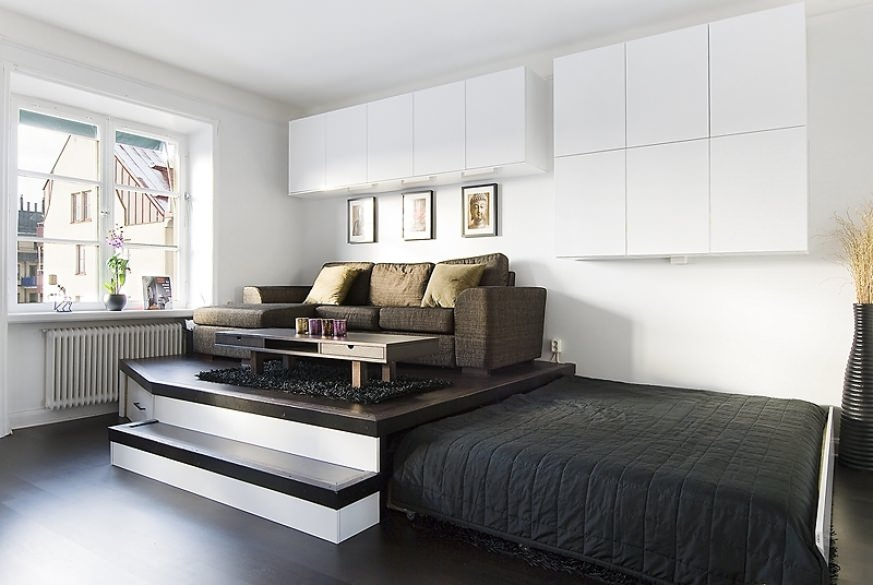 Гостиная-спальня с высоким подиумом