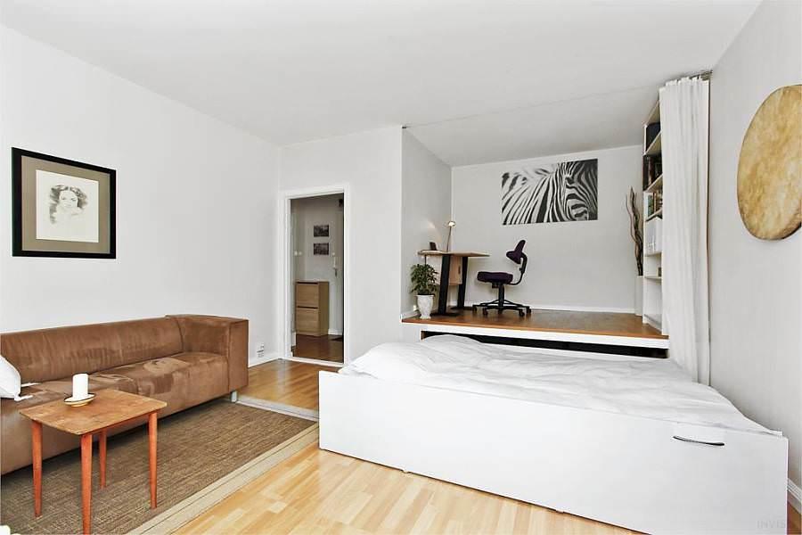 Бело-коричневая спальня с подиумом