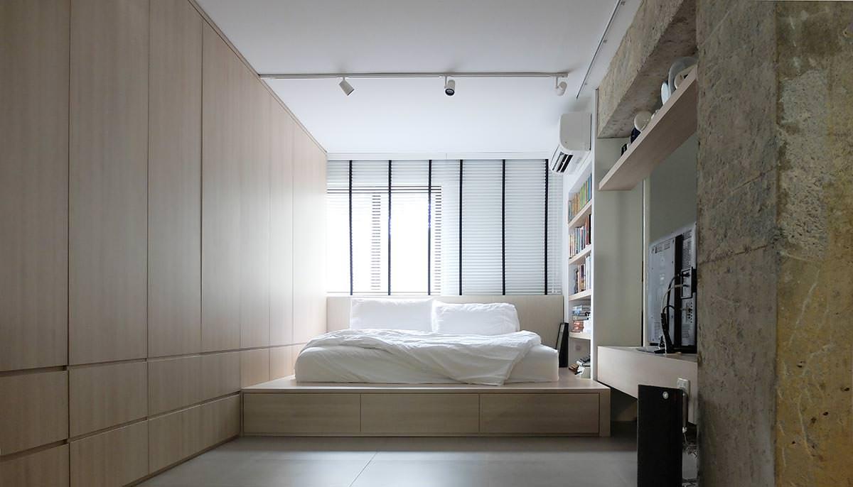Бело-бежевая спальня с подиумом