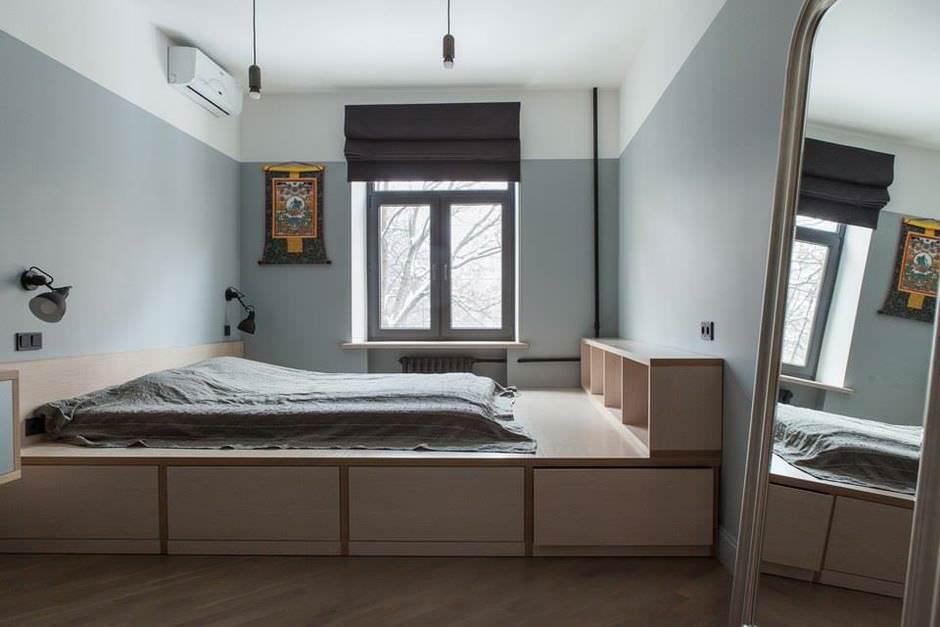 Серо-белая спальня с подиумом