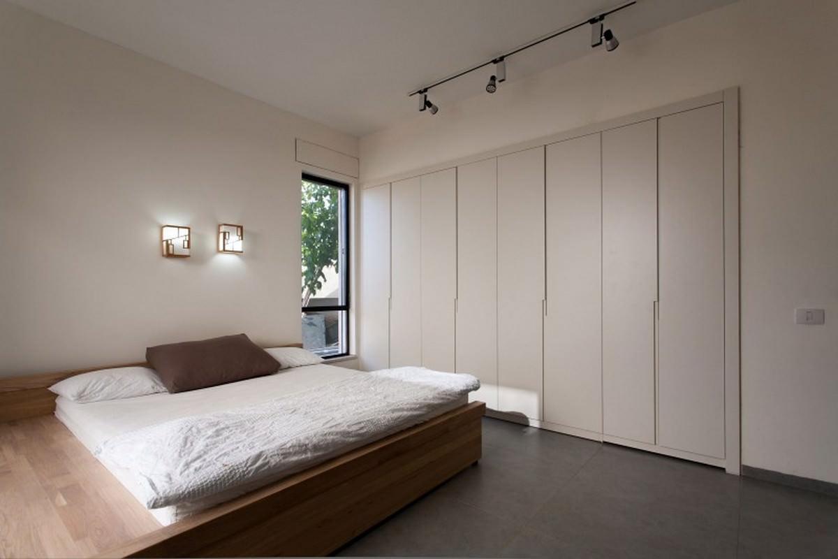 Светлая спальня с подиумом