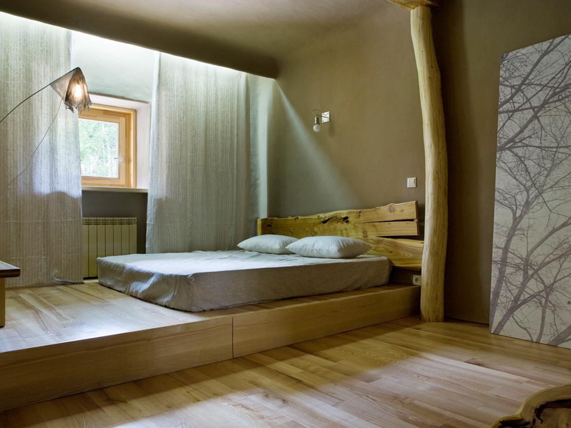 Уютная спальня с подиумом