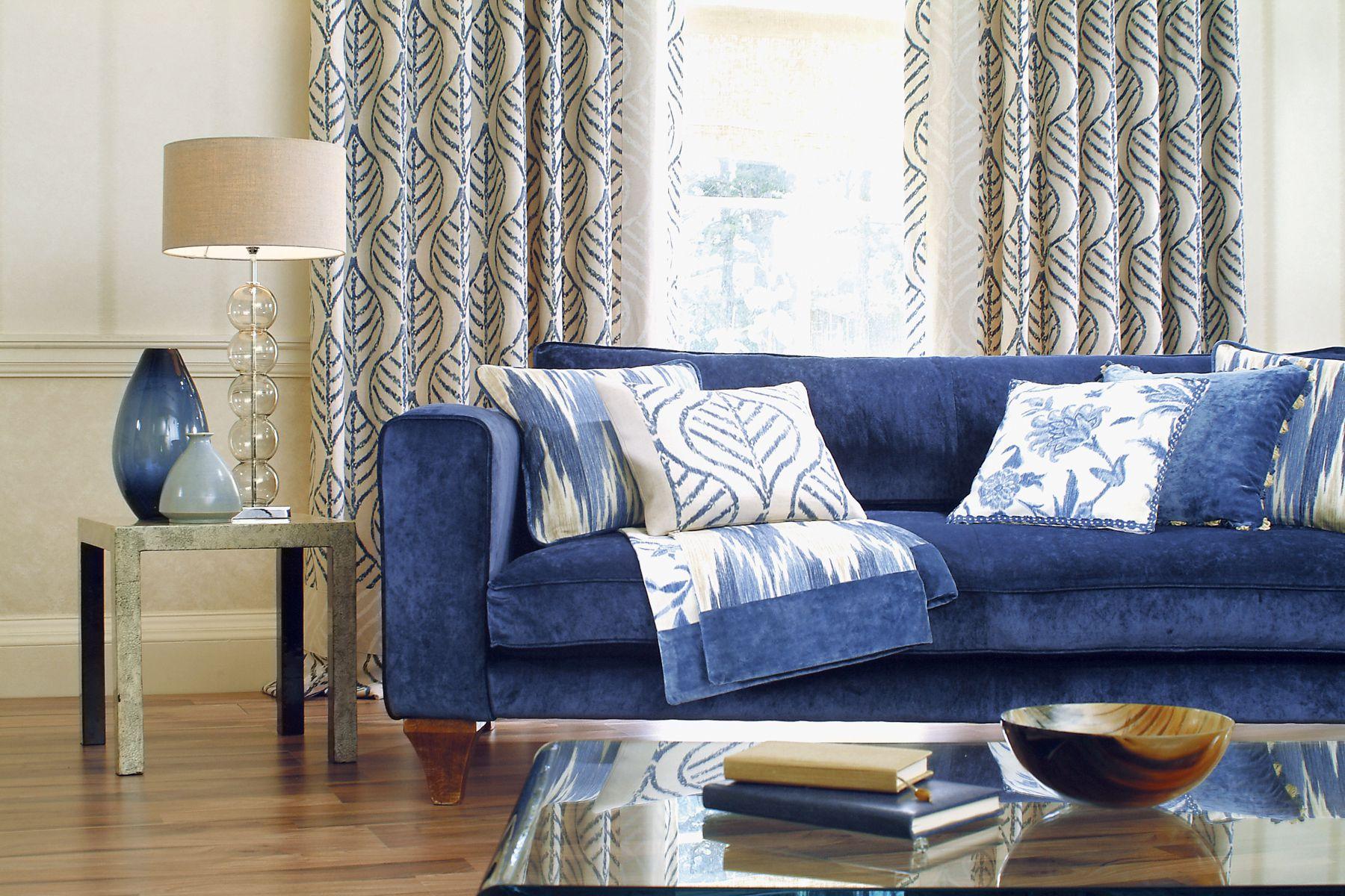 Голубые подушки в гостиной