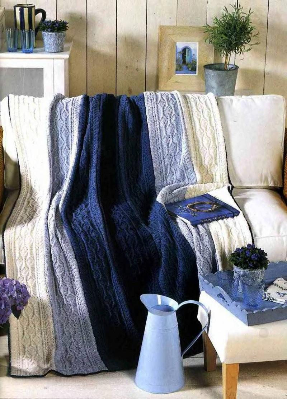 Разноцветное вязаное покрывало в гостиной
