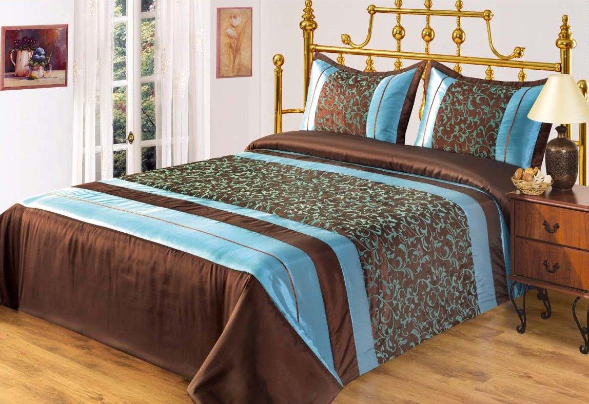 Коричнево-голубое покрывало в спальне