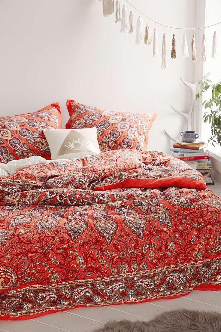 Красное покрывало с принтом в спальне