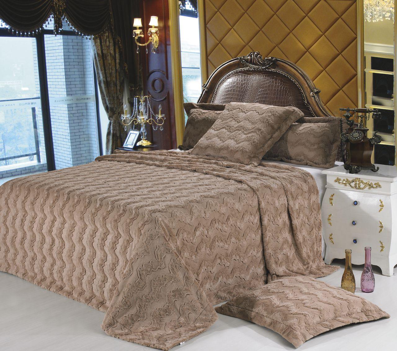 Светло-коричневый плед в спальне