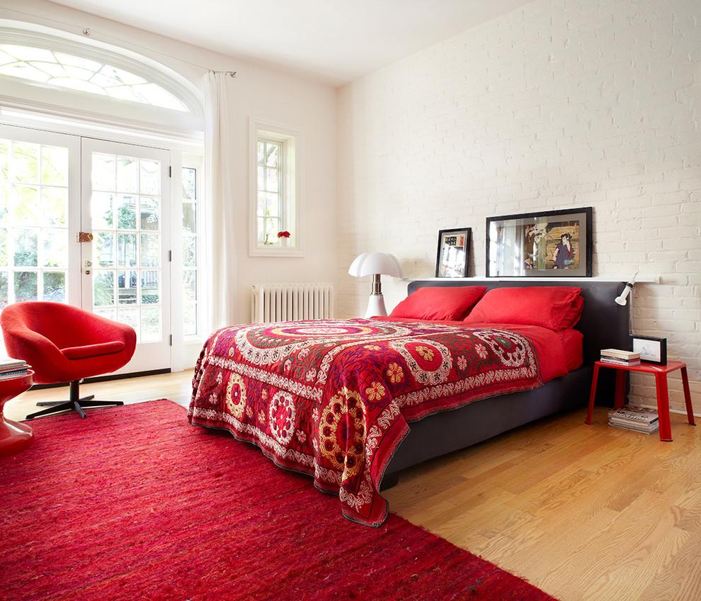 Красный плед с узорами в спальне