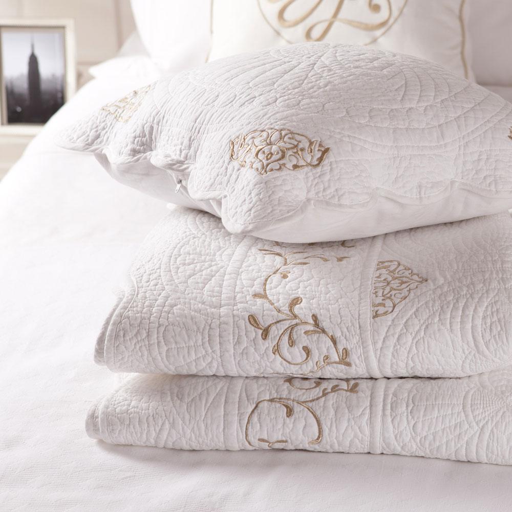 Бело-золотистое покрывало в спальне
