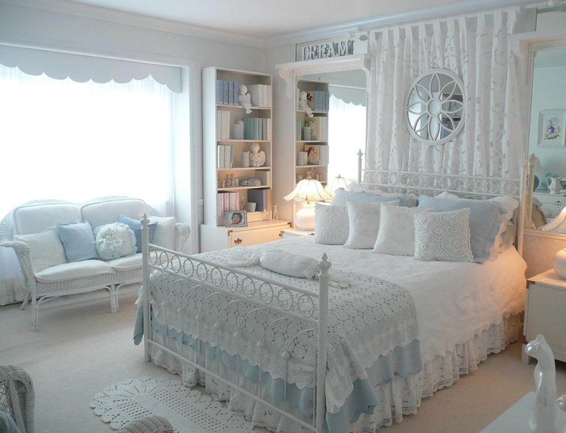 Бело-голубое вязаное покрывало в спальне