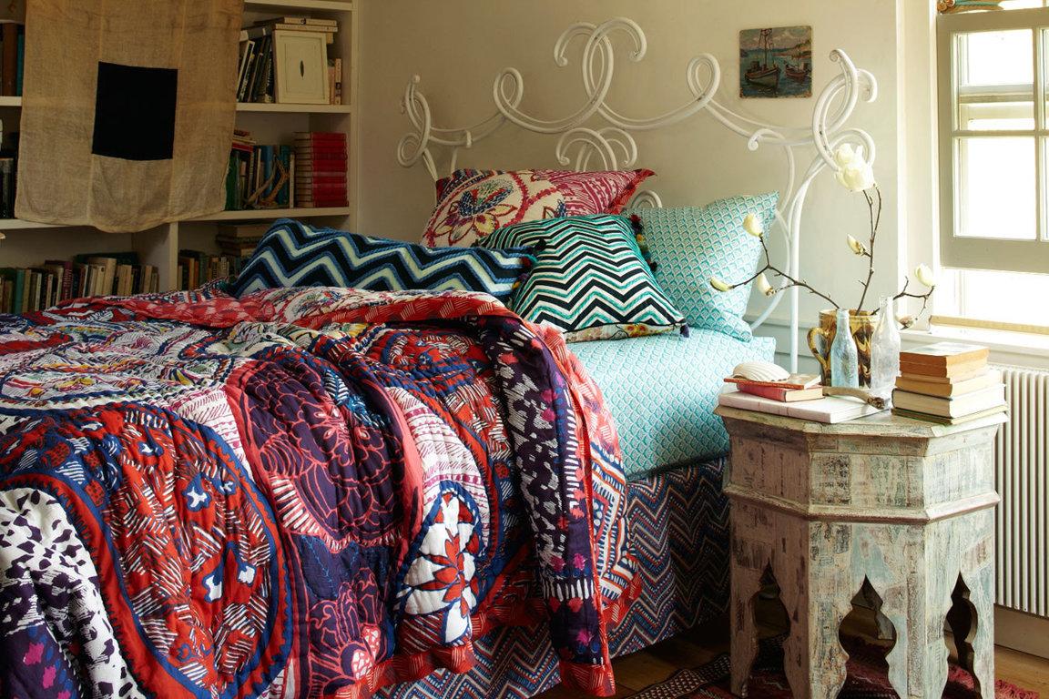 Разноцветный плед в спальне