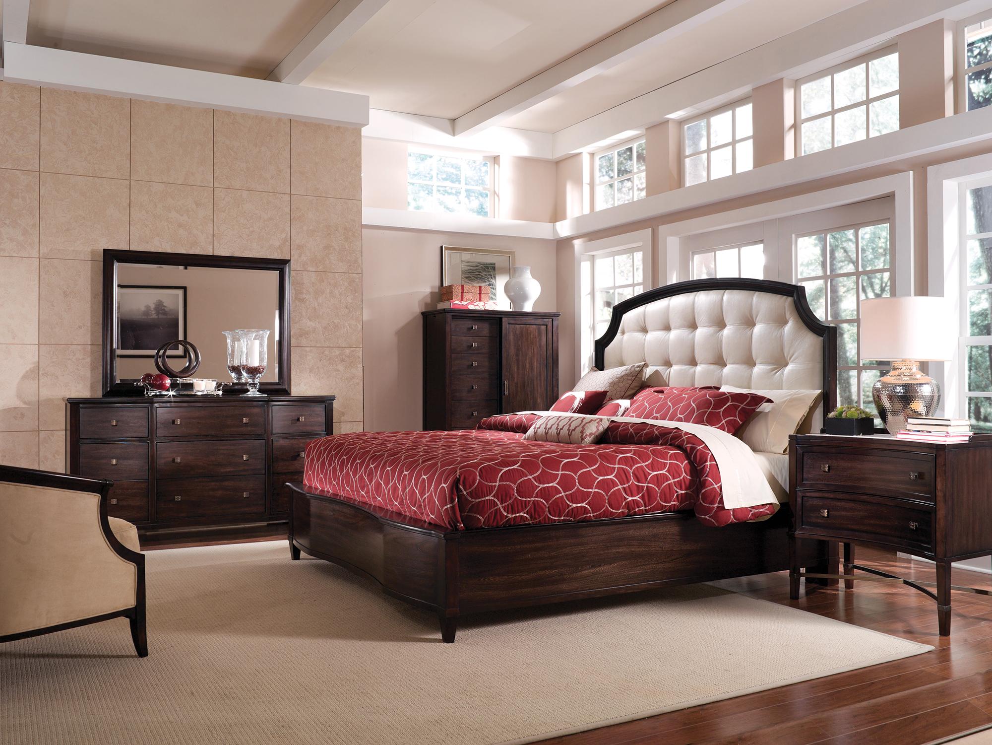 Красное покрывало в спальне