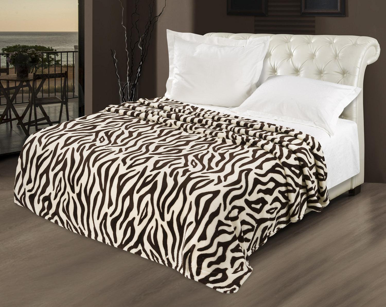 Покрывало с принтом зебра в спальне