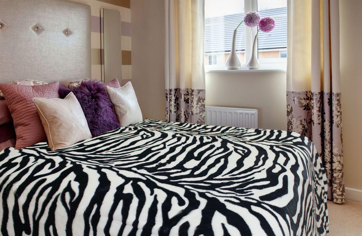 Плед с принтом зебра в спальне