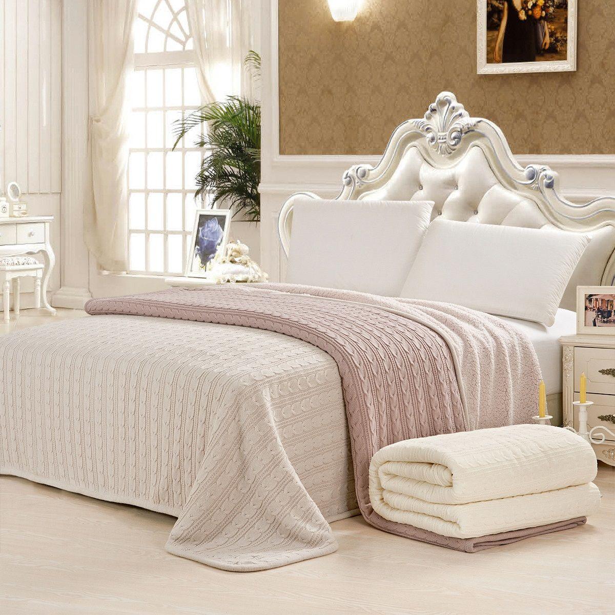 Белое и розовое вязаные покрывала в спальне