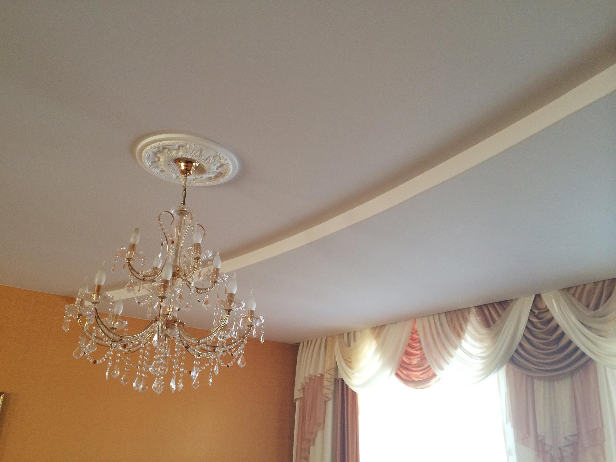 Белый двухуровневый тканевый потолок в гостиной