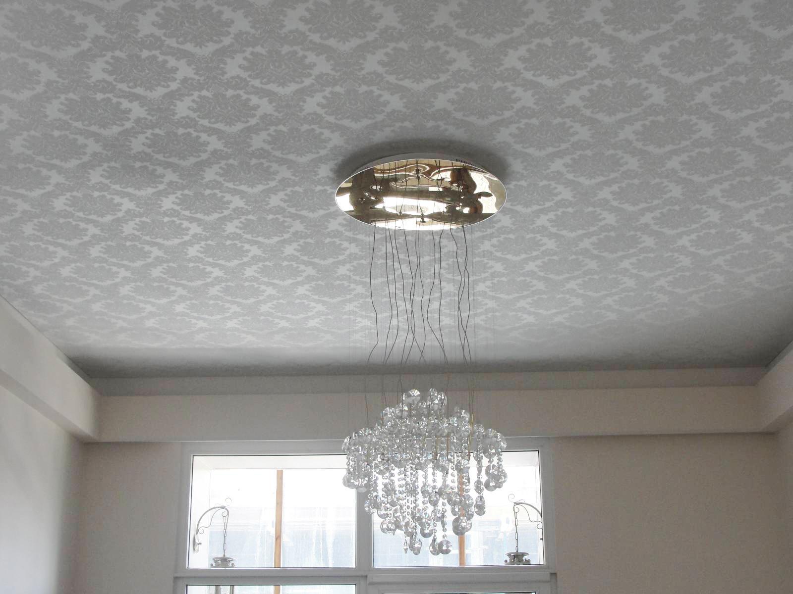 Серо-белый тканевый потолок