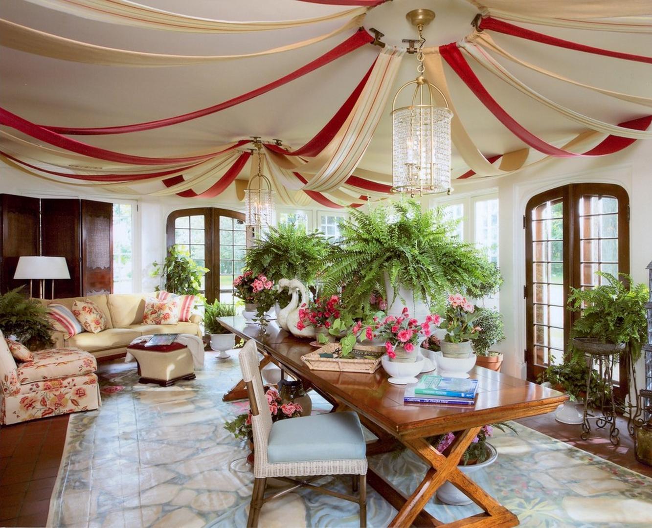 Потолок, украшенный лентами из ткани