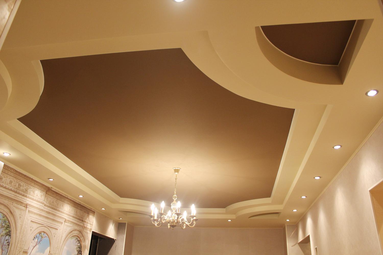 Бежево-коричневый тканевый потолок