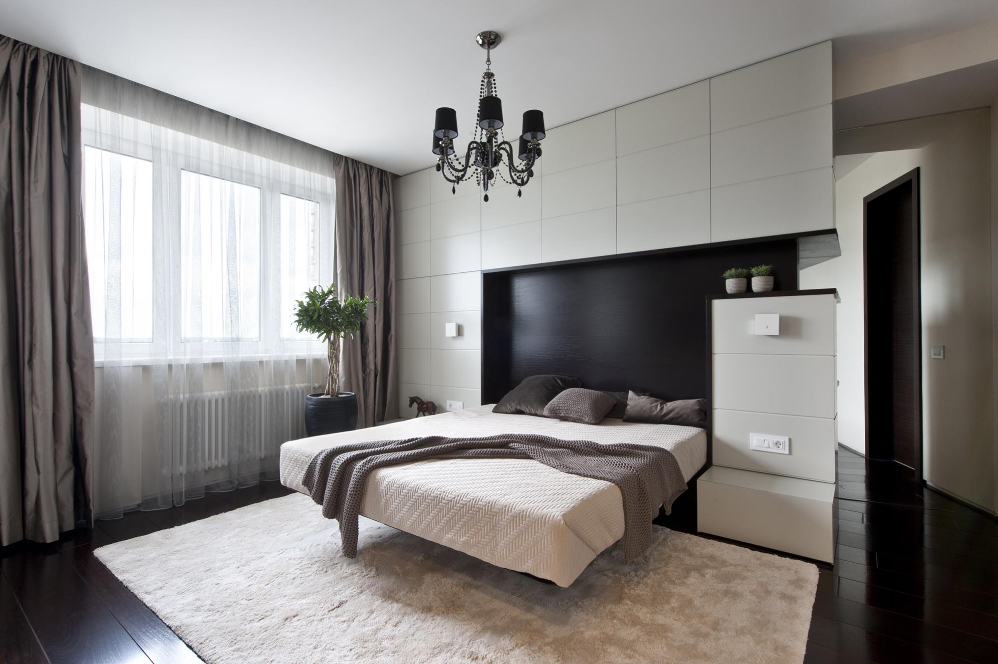 Белый натяжной потолок в минималистичной спальне