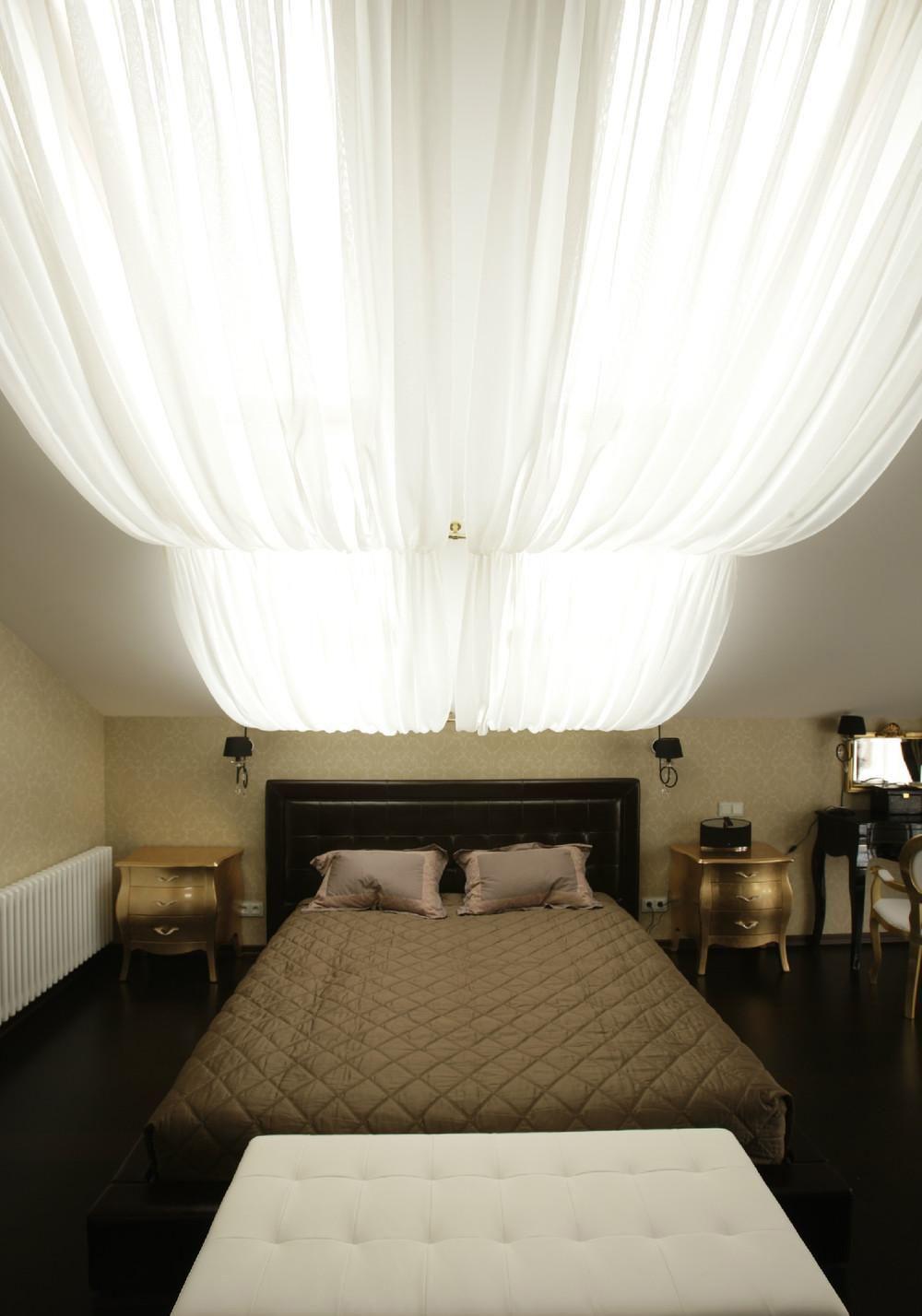 Декорирование потолка спальни тканью