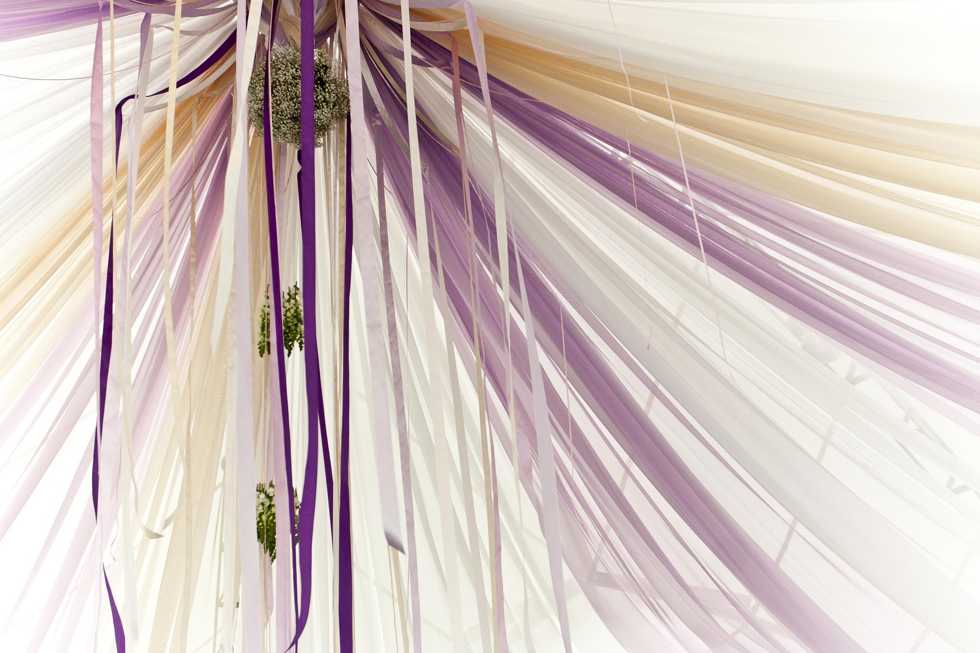 Декорирование помещения для торжества цветными лентами