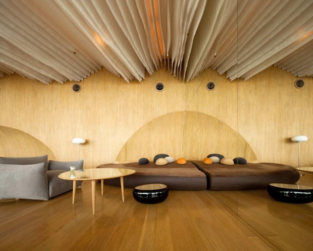 Необычный потолок с декором из ткани