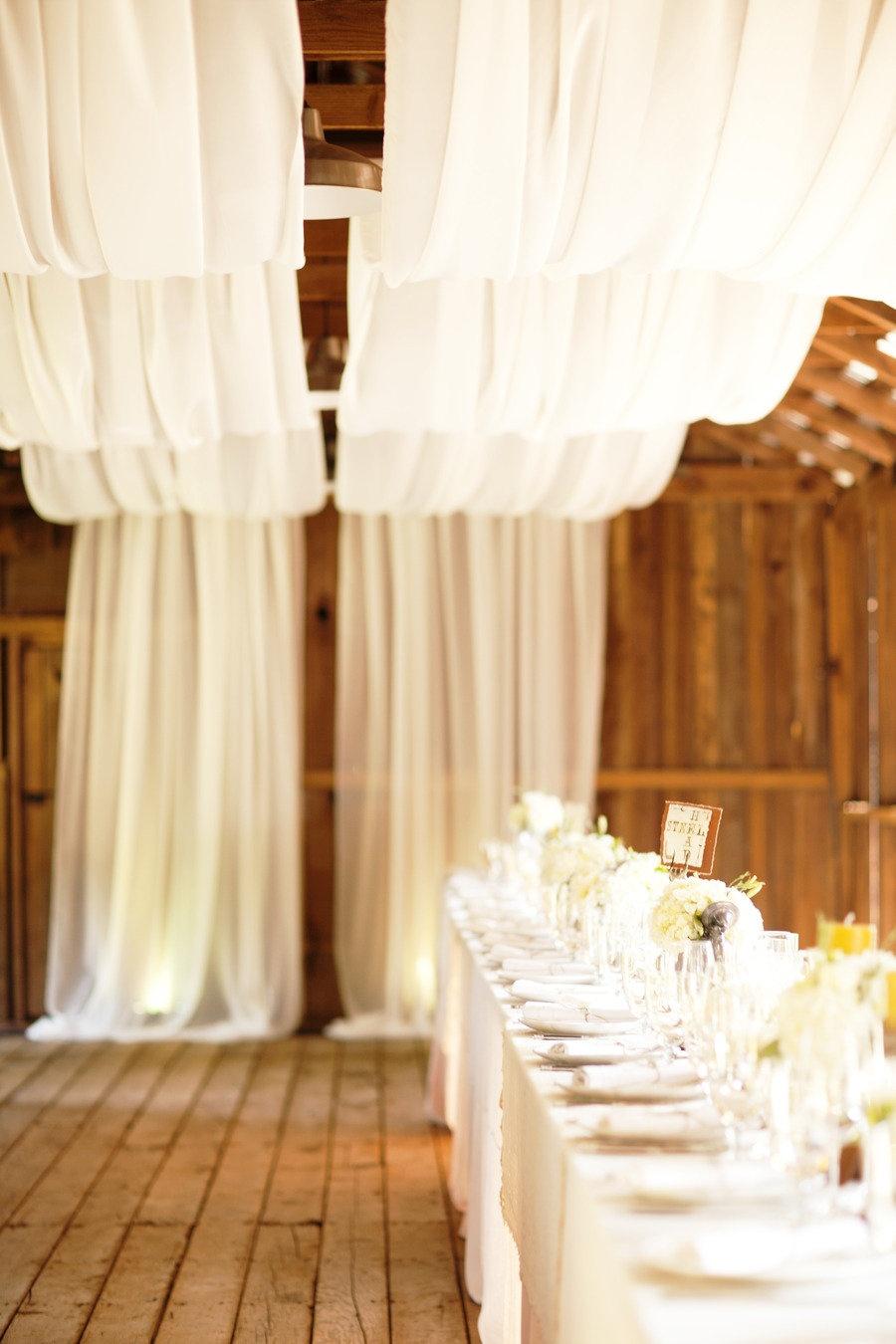 Декорирование потолка белой легкой тканью