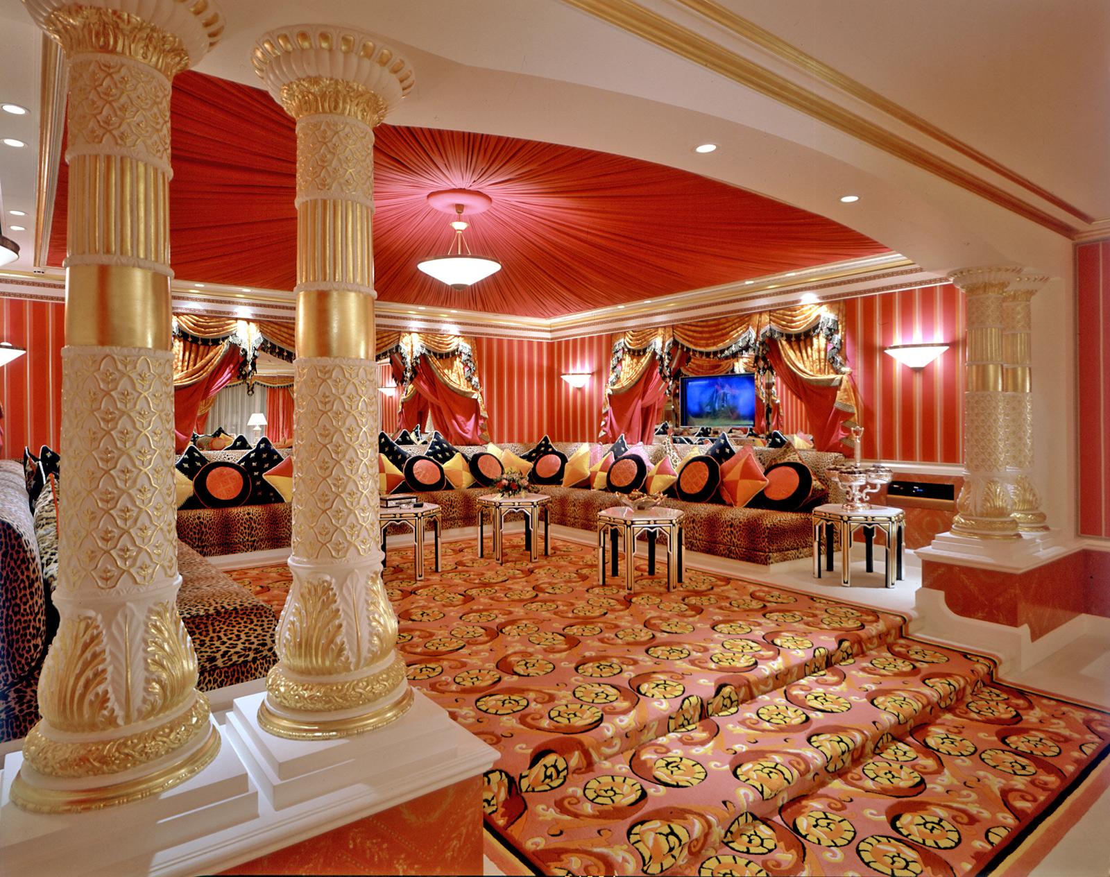 Большая комната с потолком с красной тканью