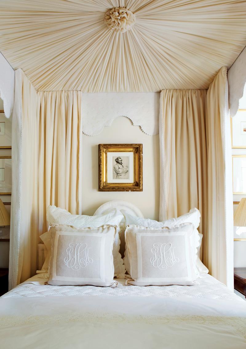 Декорирование потолка спальни бежевой тканью