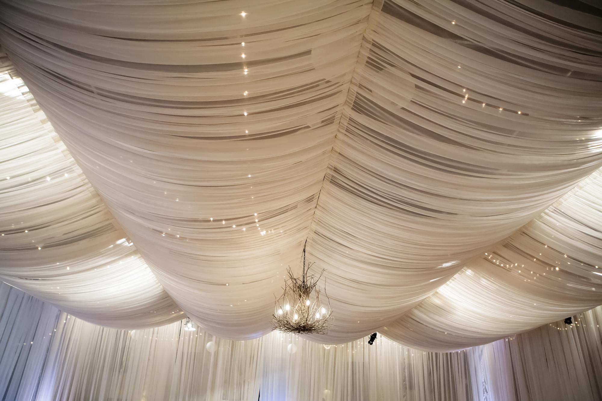 Декорирование потолка белой прозрачной тканью