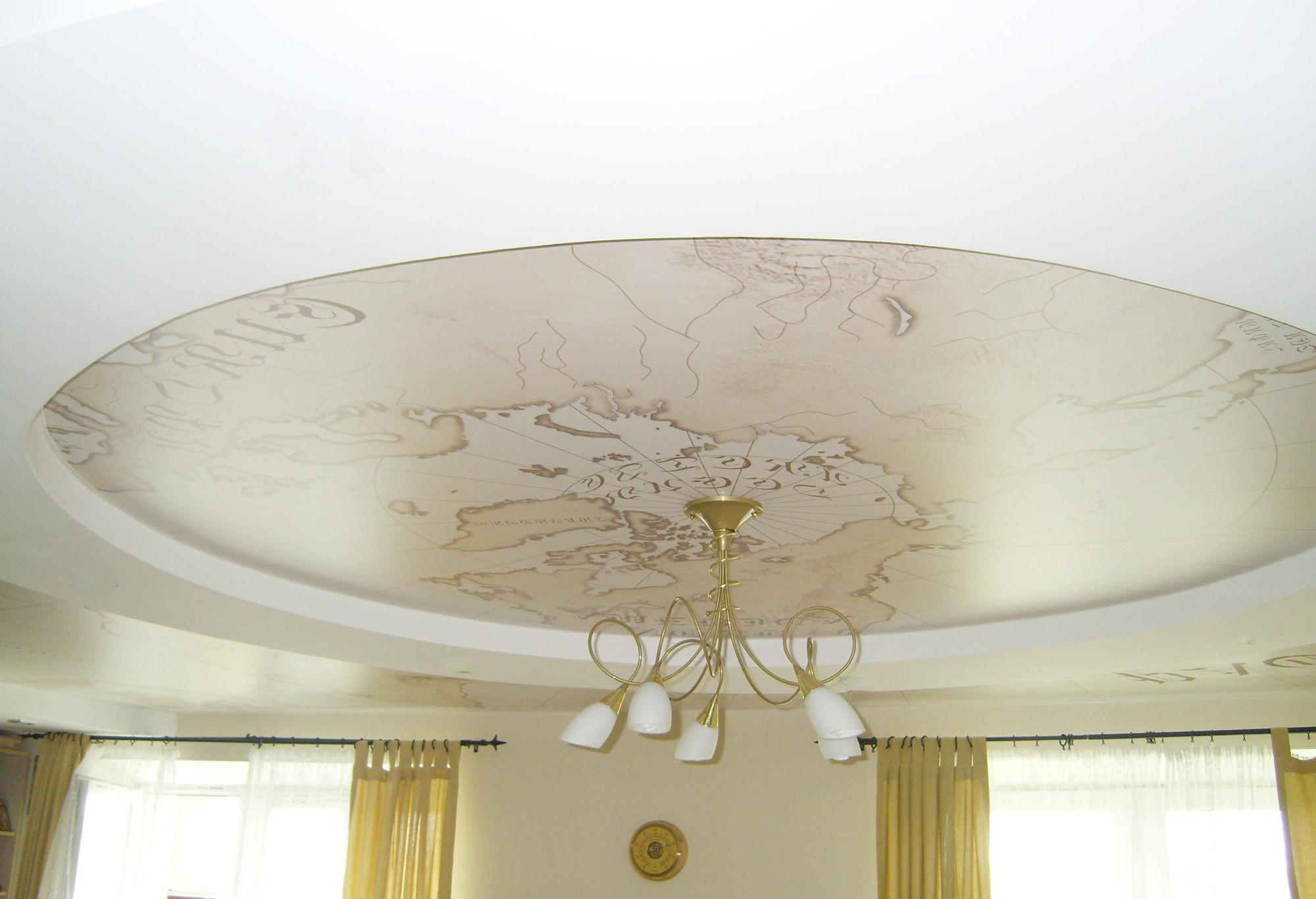 Тканевый потолок с круглым элементом в гостиной
