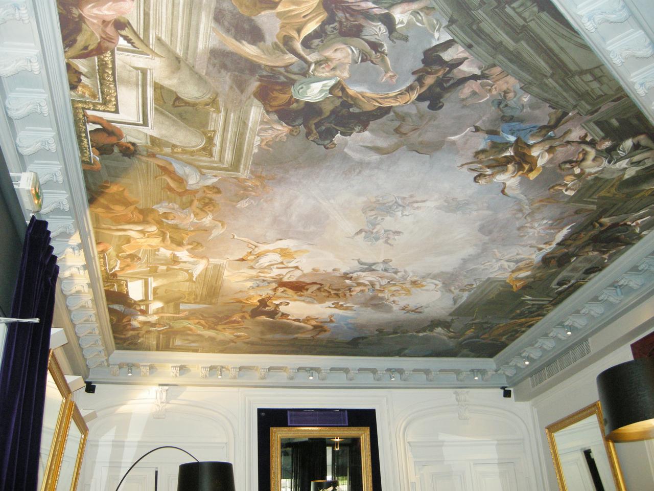 Потолок из ткани в античном интерьере