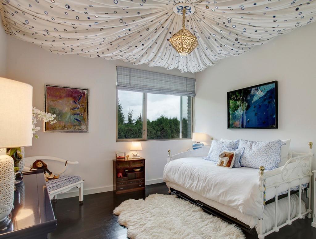 Тканевый красивый потолок в светлой комнате